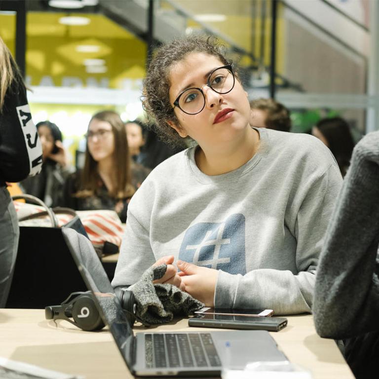 Une élève de webstart en classe durant un cours