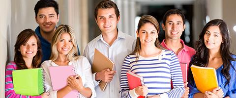 étudiants avec un cahier à la main