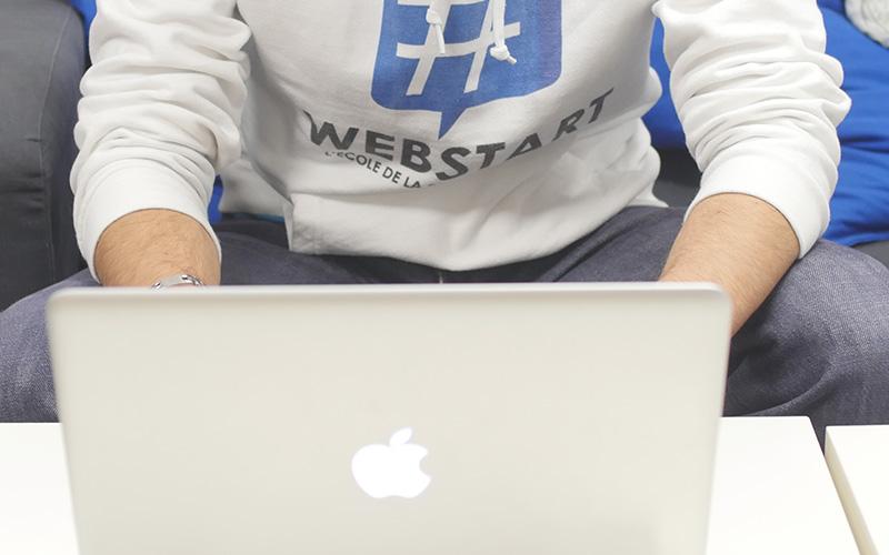 élève avec un pull webstart ordinateur macbook pro