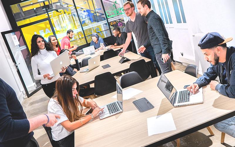 Espace de coworking webstart classe avec des élèves