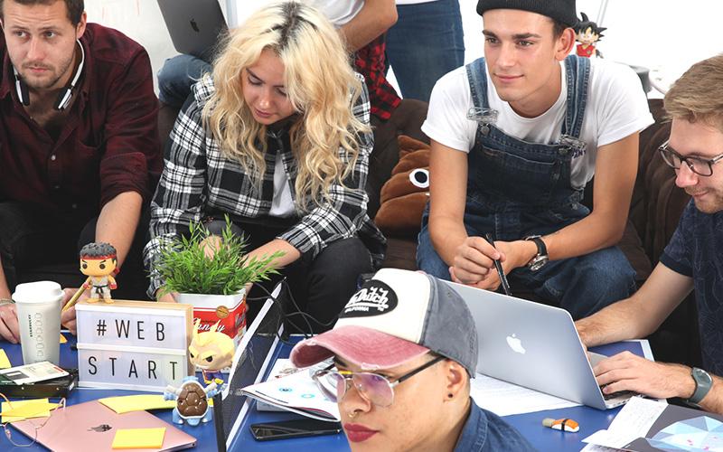 élèves webstart geek avec des ordinateurs et des accessoires