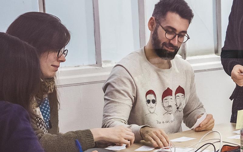 deux élèves qui travaillent durant un cours