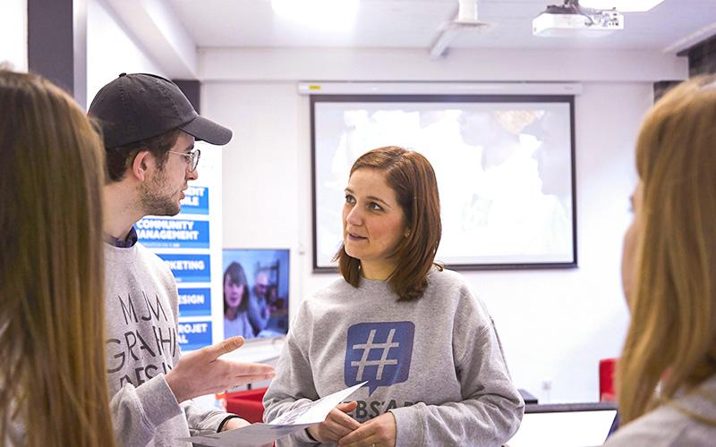 deux élèves qui discutent webstart homme et femme
