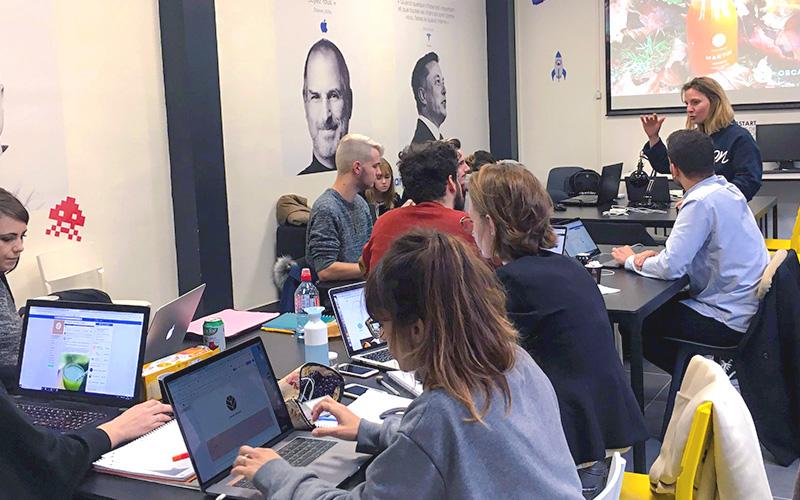 élèves durant un cours avec leurs ordinateurs steve jobs