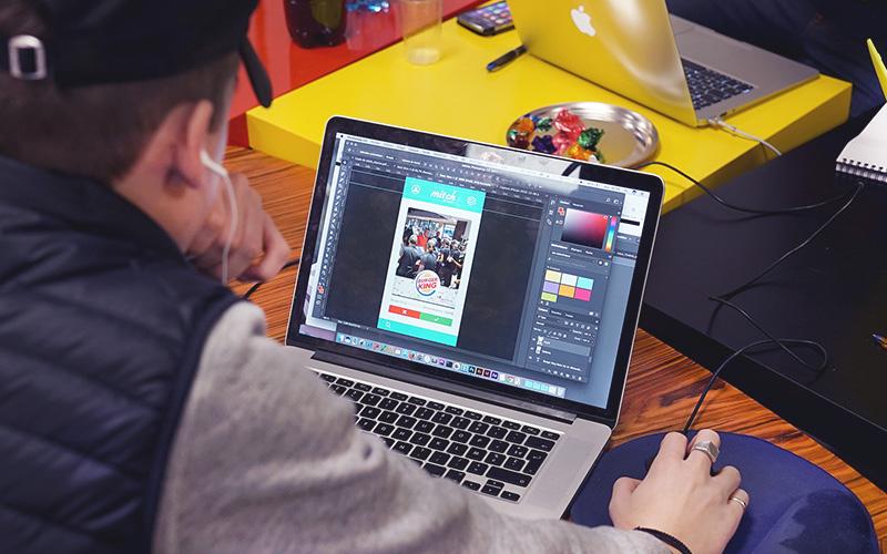 élèves qui travaille sur un ordinateur avec photoshop pour burger king