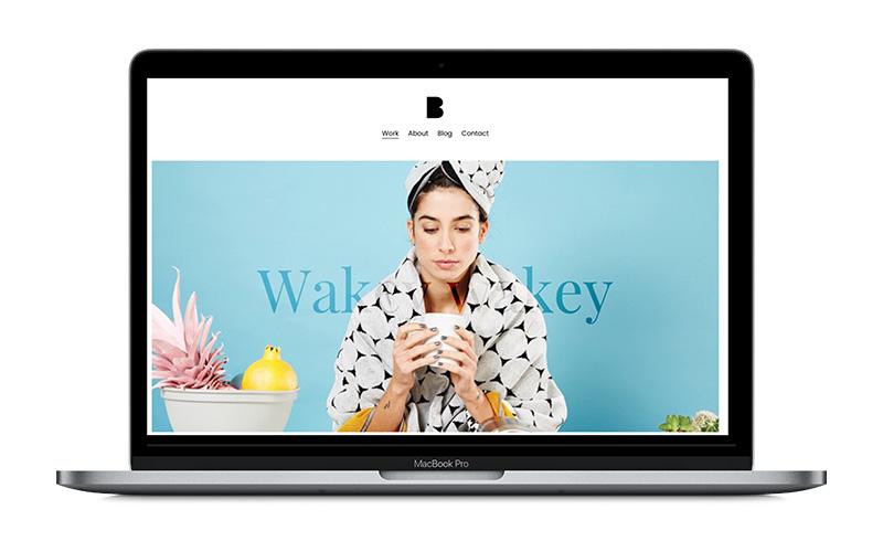 une maquette de webdesign sur un macbook pro ordinateur wakey wakey