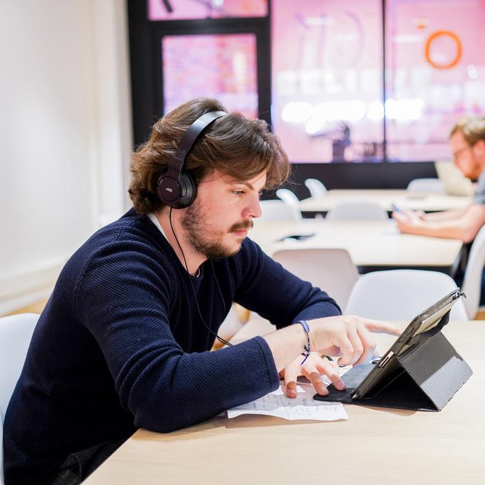 élèves webstart sur une table avec un casque et un ipad