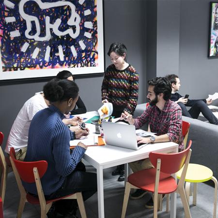 Des élèves réunis autour d'une table qui travaillent ensemble