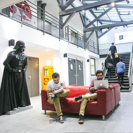 entrée de l'école webstart avec deux élèves et darkvador