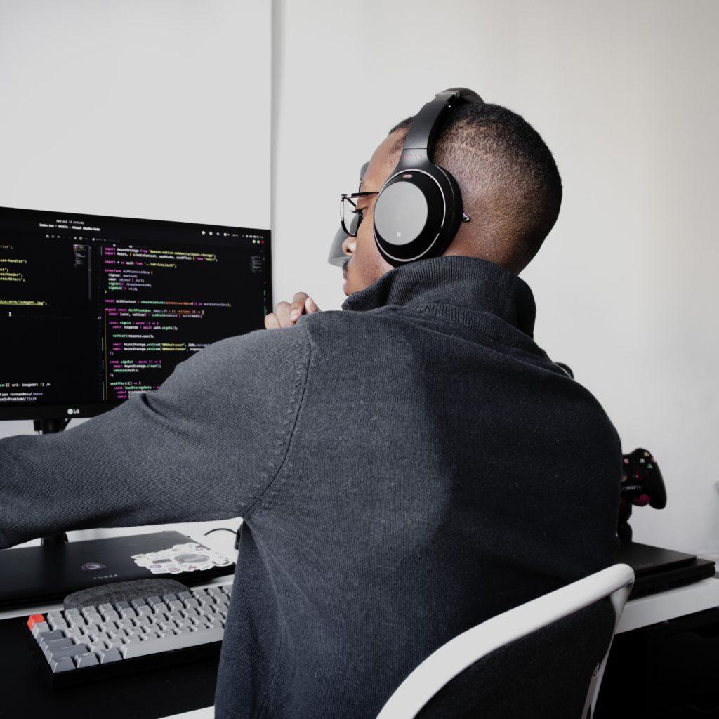 garco qui code derrière son écran php html