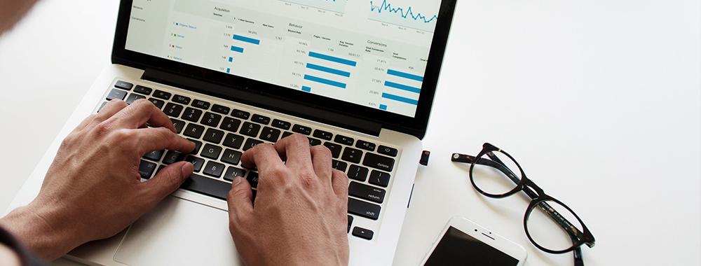 digital marketing manager ordinateur stats graphique lunettes téléphone